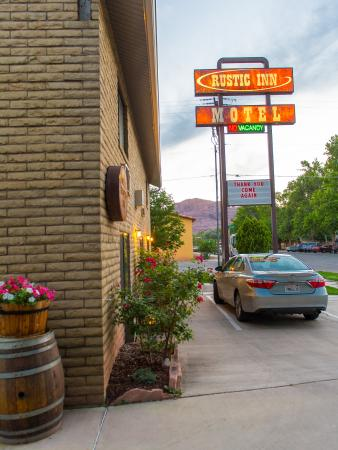 Rustic Inn: Entrance