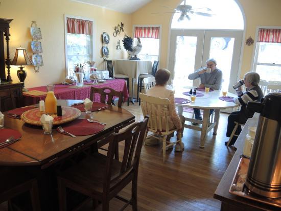 Black Bear Manor: Breakfast dining room.