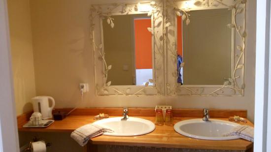 Баньер-де-Бигор, Франция: no le faltaba detalle: secador, vasos de cristal preciosos, tazas y te, bañera hidromasaje....