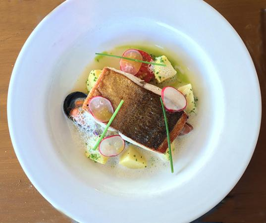 Berry, ออสเตรเลีย: Pan roasted fillet of local kingfish with sauteed spinach, pink eye potatoes, mussels, radish sl