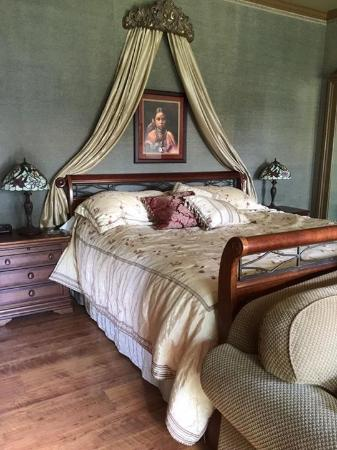 Bybee's Historic Inn: Quiet room and luxurious bed