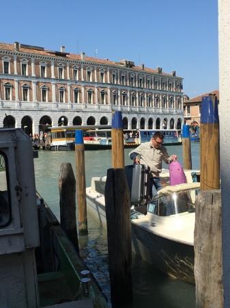 Lion Morosini Palace: 右側に泊まっているのが我々が呼んだ水上タクシー
