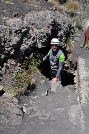 Zafferana Etnea, Italia: Entrata della grotta a scorrimento lavico