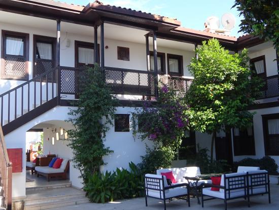 Villa Konak Hotel Kusadasi: un ensemble de courettes et espaces aménagés avec gout