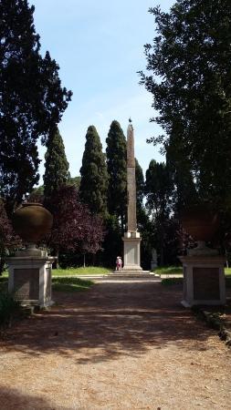Villa Celimontana : obelisco nel parco