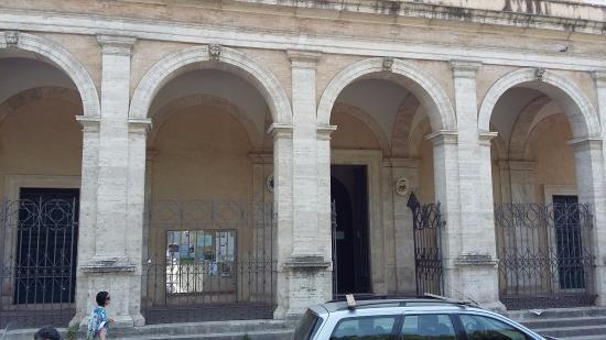 Villa Celimontana : il porticato della chiesa della navicella a fianco dell'ingresso principale del parco