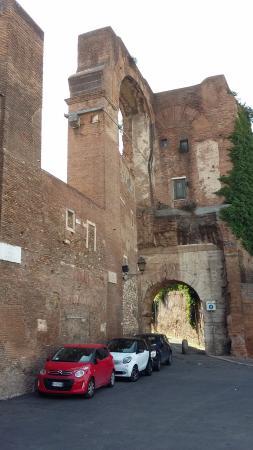 Villa Celimontana : resti delle mura romane e della porta attraverso cui si giunge alla chiesa di S. Giovanni ePaolo
