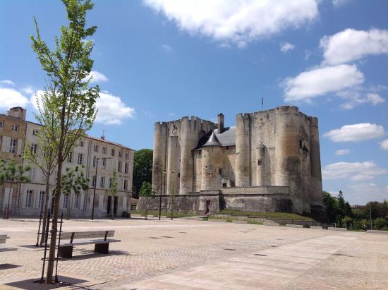 Niort, Francia: The twin-keep design of Le Donjon is most unusual