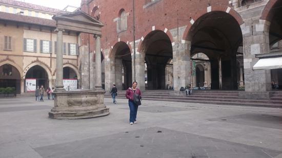 Poço no centro da Piazza Mercanti é do século XVI