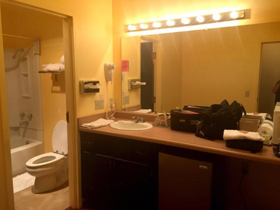 Valley Hi Motel: I really enjoyed the large dressing area and separate from the tub and toilet.