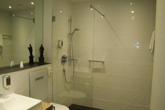 Très grande salle de bains avec une très belle et grande cabine de ...
