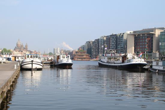 Vue du VITA NOVA depuis l'embarcadère (bateau hôtel de droite)