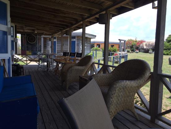 Mad Dog Cafe: Outdoor seating at MDC