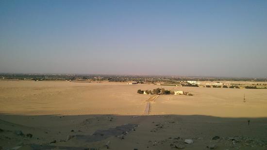 Meir Monumental Tombs: منظر عام من فوق الجبل عند مقابر مير الاثرية