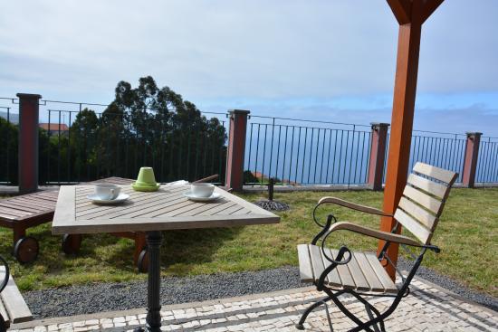 Atrio: La terrasse au soleil. L'équipement de la chambre permet de se préparer des cafés.