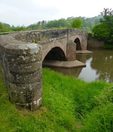 Skenfrith, UK: Stone bridge over the River Monnow