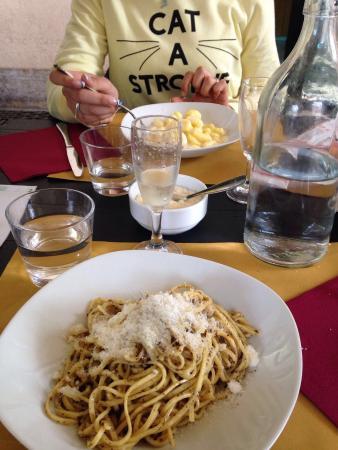 Province of Asti, Ιταλία: Siamo state a cena,posto molto carino (con possibilità di cenare anche all'aperto!) piatti buoni