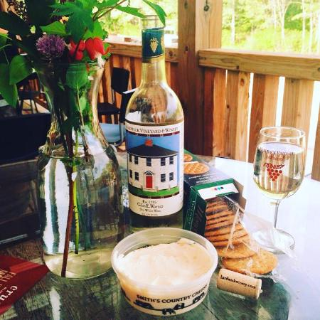 Hardwick Vineyard and Winery: Nice relaxing time on the deck with some cheese and wine.