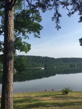 Mountain Pine, AR: Camp grounds and lake.