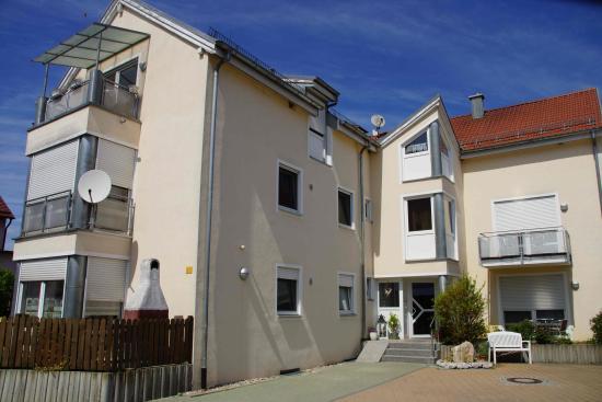 Landhotel Schöll: Apartmenthaus mit Carport