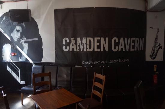 St Christopher's Inn Camden : Parede do bar, homenagem a Amy Winehouse