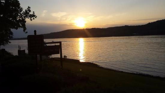Parkview Country Inn: This is the view of the Ohio River at dusk one block away.