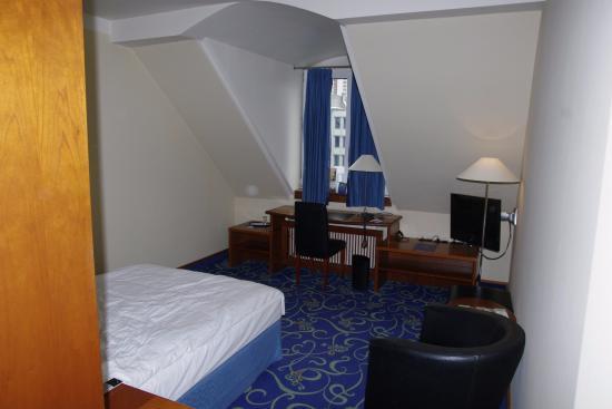 Seaside Park Hotel Leipzig: Zimmer; links die Wand vom Schrank, der rechts von der Dusche steht.