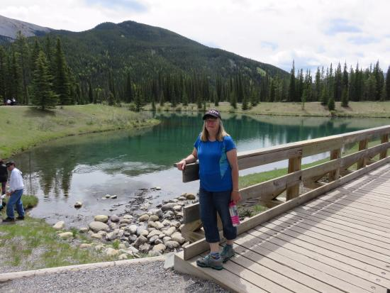 Bragg Creek, Canadá: me on the bridge by the pond