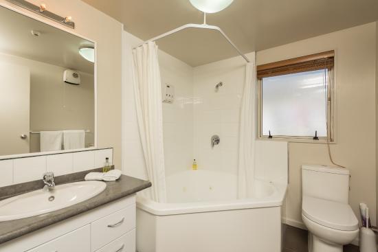 Lugano Motor Lodge: Executive One Bedroom Bathroom