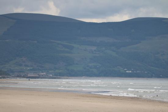 Dyffryn Ardudwy, UK: sea view with the mountains at the backdrop