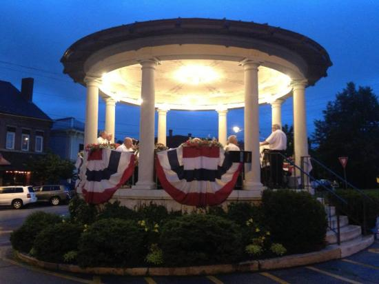 เอ็กซีเตอร์, นิวแฮมป์เชียร์: The Exeter Brass Band performs in the historic bandstand on Monday nights in July.