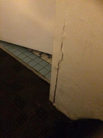 Ambassador Motor Inn: Crack in wall