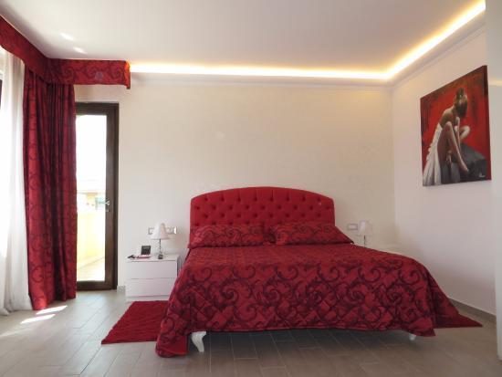 OC Hotel Villa Adriana: Bed and balcony door.