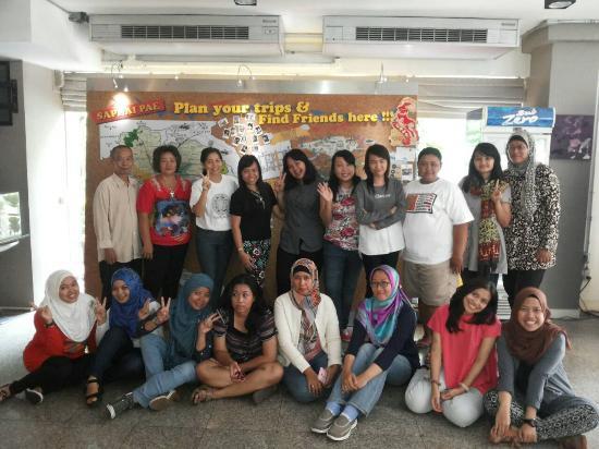 Saphaipae Hostel: foto di depan lobby hostel bersama grup arisan traveling :)
