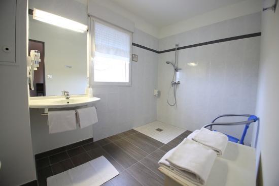 salle de bain spacieuse chambre familiale 4 personnes picture of hotel kyriad brive la. Black Bedroom Furniture Sets. Home Design Ideas