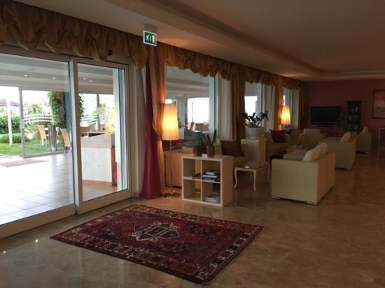 Hotel Benini: sala bar con tv, vista su veranda esterna