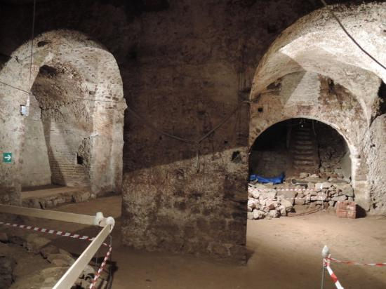 Celanapoli : Tracce dell'acquedotto Augusteo, rinvenuti in alcuni scantinati di Napoli.