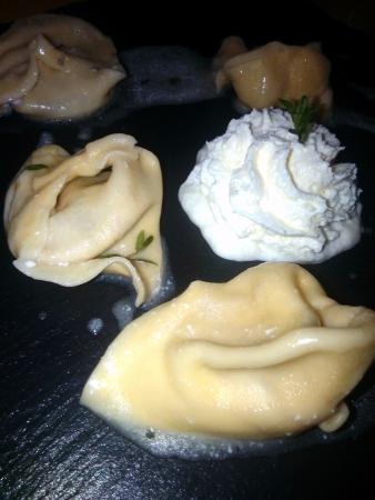 Camporgiano, Italia: Menu degustazione: tortelli al radicchio con spuma di prmigiano
