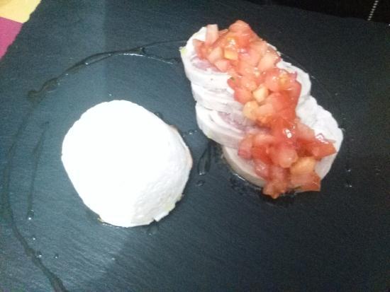 Camporgiano, Italia: Menu deg: Rolle di coniglio al vapore con bruschetta al timo e ricotta calda