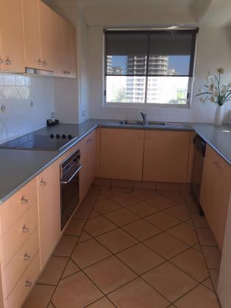 Surfers Beachside Holiday Apartments: Kitchen