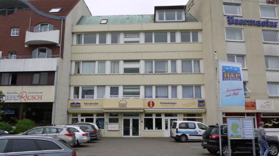 Hotel Deichgraf Cuxhaven: Li: Haupthaus,Mi: FEWO und Fahrradverleih mit Schwimmbad re.Nebengebäude ohne Wlanempfang