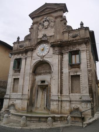 Spoleto, Itália: Grand fountain in Piazza Mercato