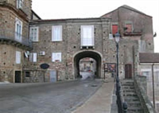 Nicotera, Italy: Piazza con sottopassaggio