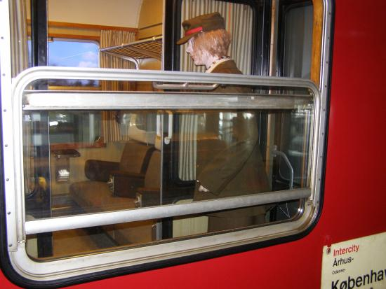 The Danish Railway Museum: Seks personer i en kupe.