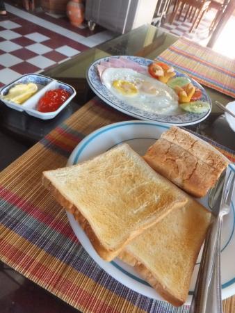 Ta Prohm Hotel: 朝ごはん。マンゴー苦手でも食べれたマンゴー付き。パン以外も選択可能