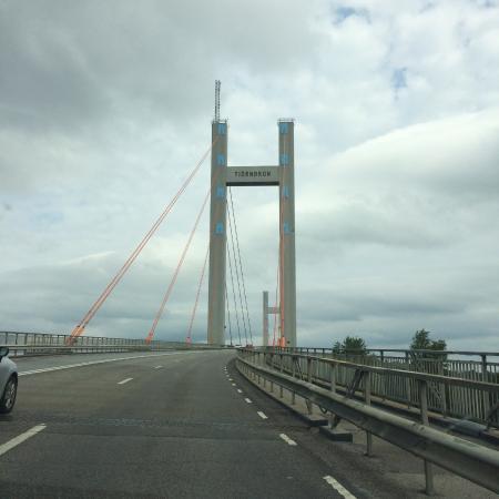 สเตนังซุนด์, สวีเดน: Tjörnbron på väg mot fastlandet