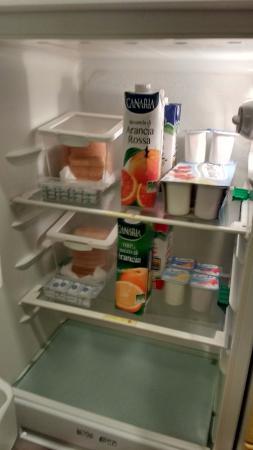 Calisto 6 Bed & Breakfast: Café da manhã: cada prateleira para um quarto, café e chá o hospede tem que fazer sozinho.