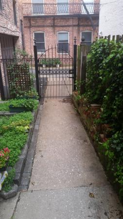 Rachael's Dowry Bed and Breakfast: Black iron gate from courtyard