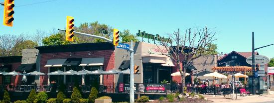 Johnny Rocco's Italian Grill: Front/Side Patio