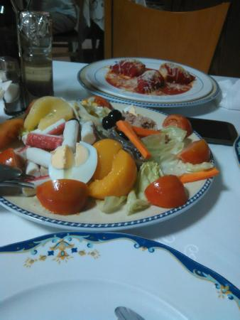 Restaurante Meson Mariana: Salad starter and fish main course